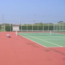 キャンプ村内にテニスコートを完備