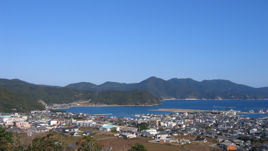 *美しい海と山に囲まれた富江湾