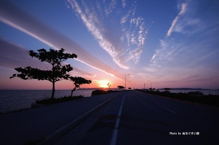 あやはし海中道路からみた幻想的な朝日の景色
