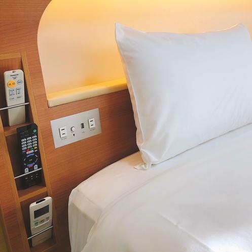 枕元には便利なコンセントとUSBポートも全室採用