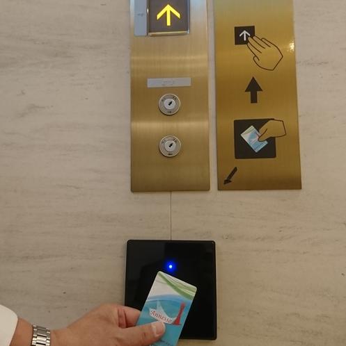 セキュリティ対策としてカードキーをお持ちでないとエレベーターをご利用頂けません。