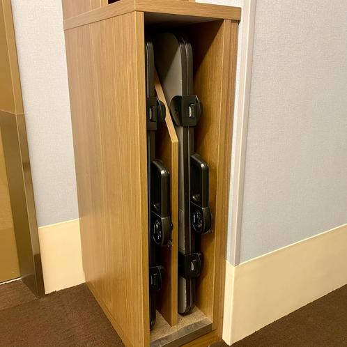 ズボンプレッサーは各階のエレベーター前にございます。