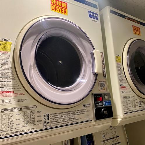 ランドリーコーナーは4階に乾燥機が2台洗濯機が2台ございます。