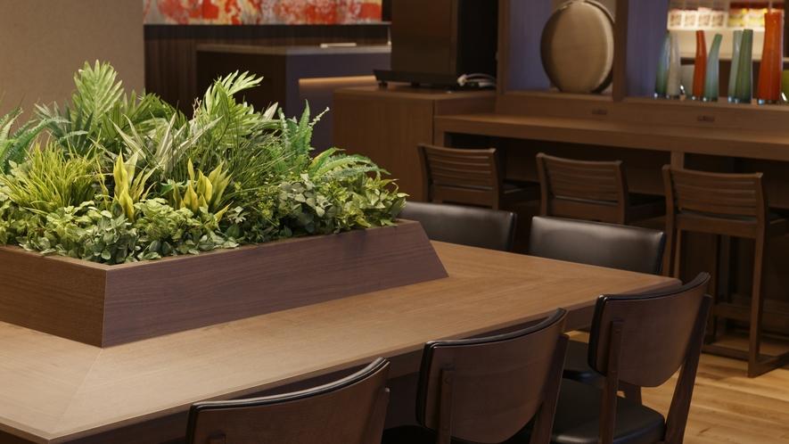 朝は朝食会場として、10:30以降はフリーラウンジとして自由にお使いいただけます。