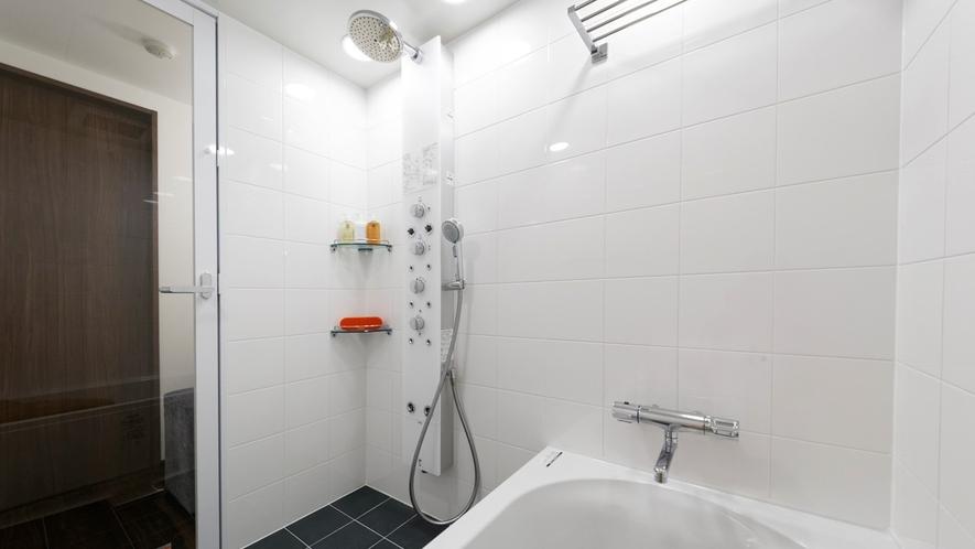 「リラクシングツイン」のバスルームと洗面所、トイレはセパレートタイプ。