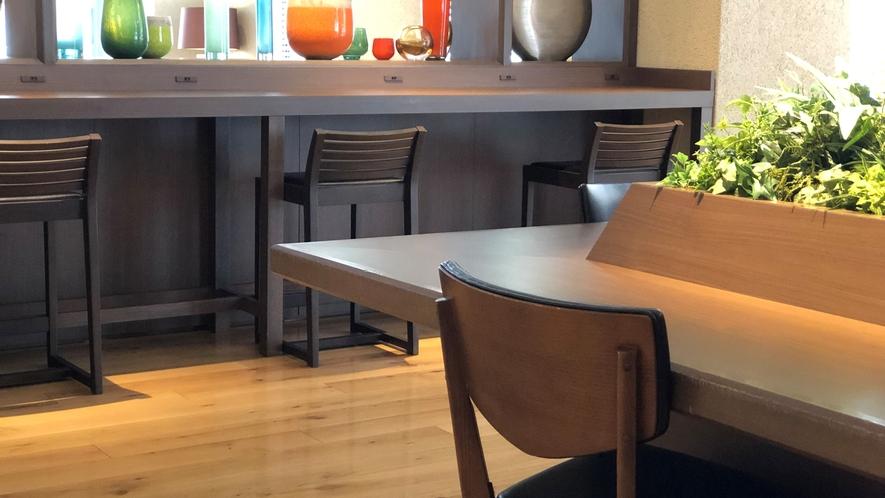 レストラン・ラウンジでは座席間の距離を十分に確保しております