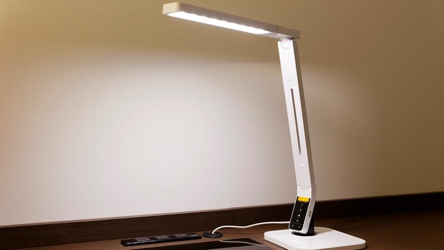 調光機能付きのLEDデスクライト(全ダブルルーム)