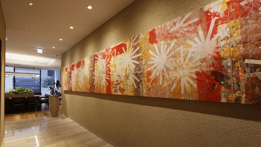 ホテル内に飾られたシルクスクリーンはフォルツァオリジナル