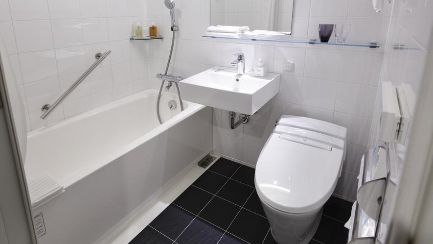 ダブルルームのバスルームはユニットタイプ。