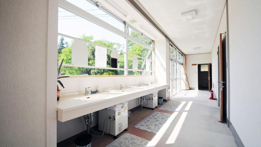 【館内廊下】共用の洗面台もございます
