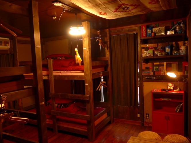 洋室(二段ベッド2つある最多4名様のお部屋、共有シャー、共有トイレ)