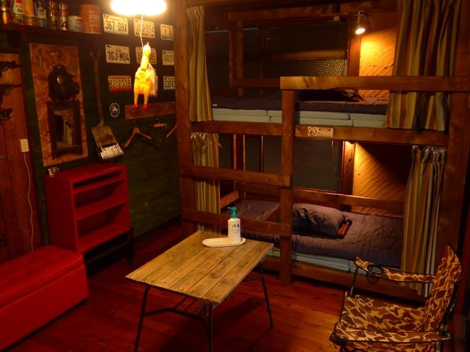 本館一階男女共用ドミトリー室(二段ベッド2つ、最多4名様の相部屋です)