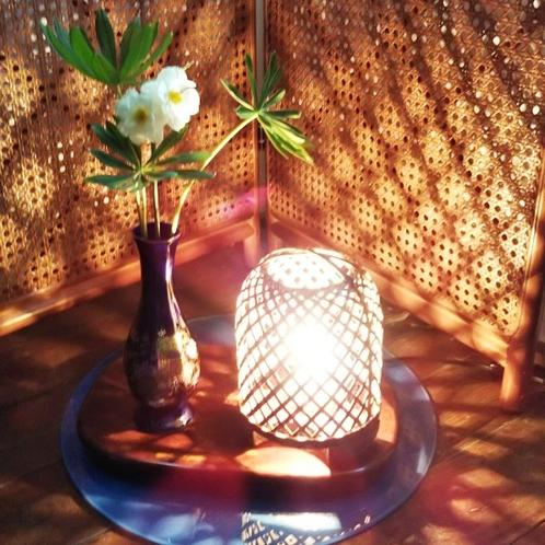 柔らかい灯りと季節の花が彩る館内
