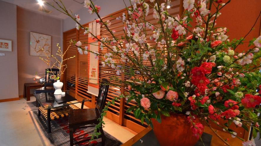 【1F・ギャラリースペース】季節のお花を生けております