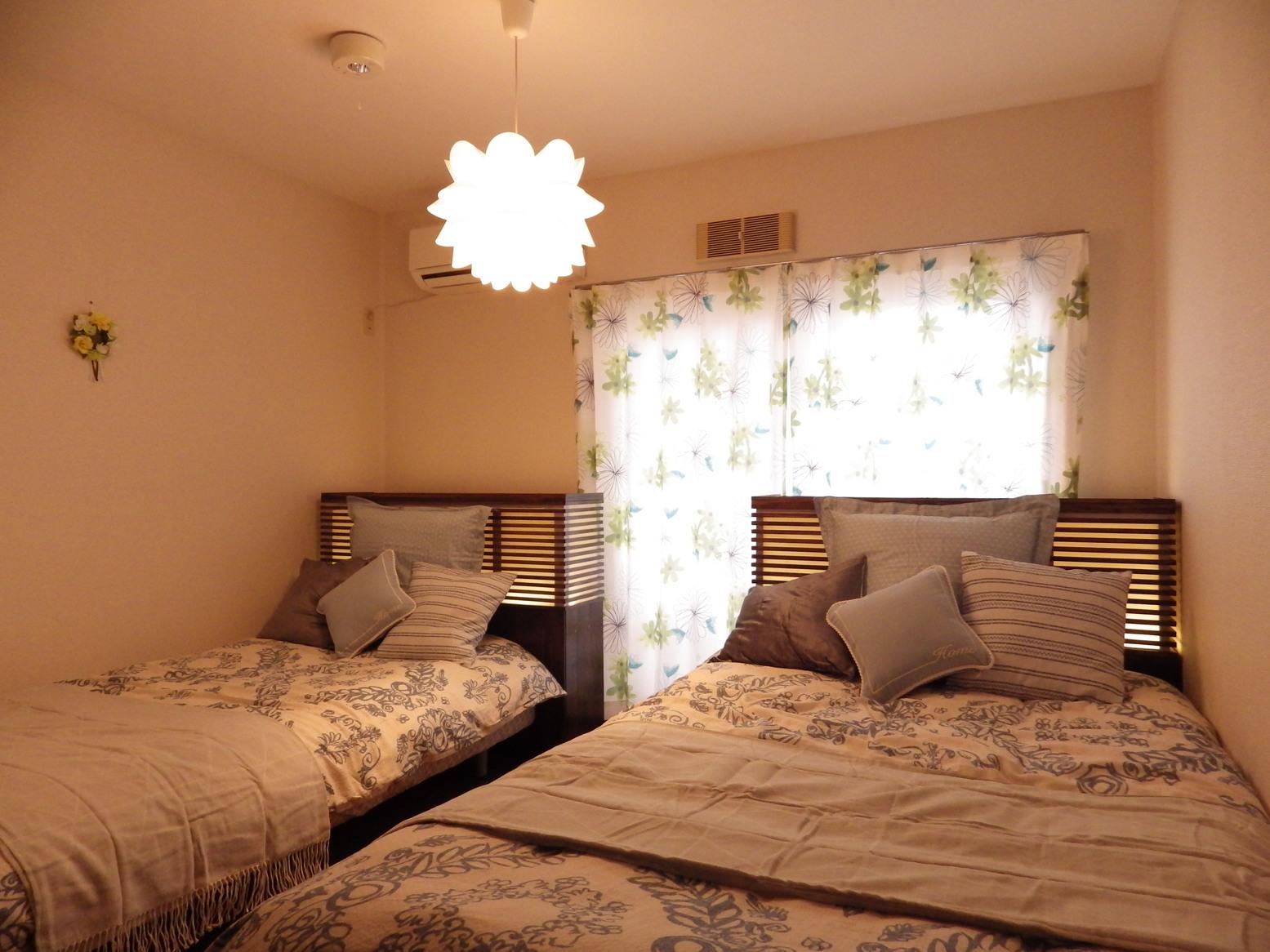 ベッドルーム(照明オン)