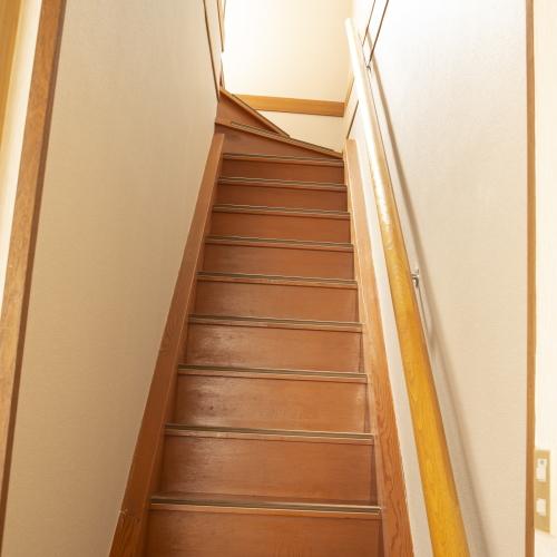 【永田屋本館から車7分の温泉付別荘昭和館】2階への階段