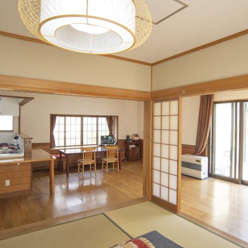 【永田屋本館から車7分の温泉付別荘昭和館】1階和室からリビング