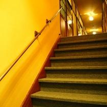 【その他】フロント・ロビーからお部屋へは階段移動です。