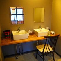 【貸切風呂】脱衣場にこんなパウダールームがあります。