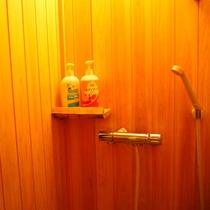 【かけ流しの温泉・シャワー付洋室】温泉浴槽の隣にシャワーブースを完備しています!