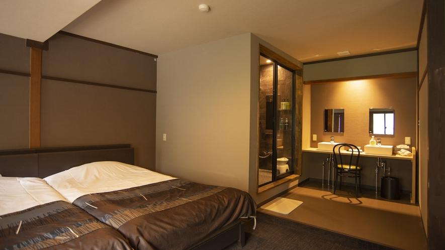 【スーペリアツイン】部屋の入り口にリビング、奥に寝室とバスルームがございます。