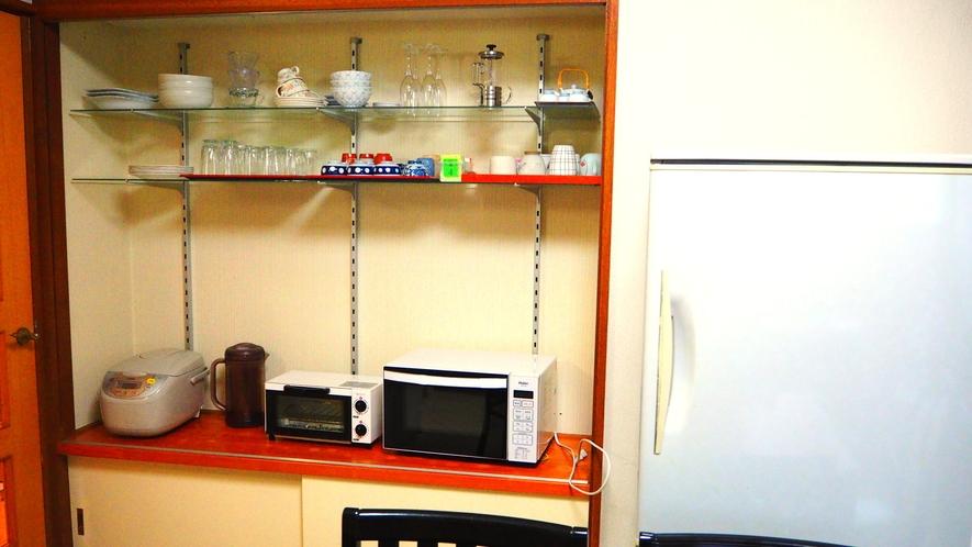 【離れ2LDK】キッチンには冷蔵庫、電子レンジ、トースター、炊飯器、お皿やグラスなど食器類有