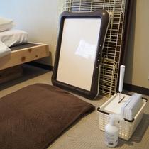 【ペット専用の温泉・シャワー付洋室】トイレシート、消臭液、コロコロ、ゲージをご用意しております。