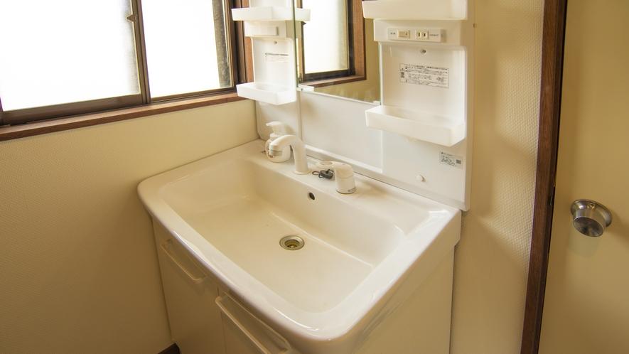 【永田屋本館から車7分の温泉付別荘昭和館】1階の洗面