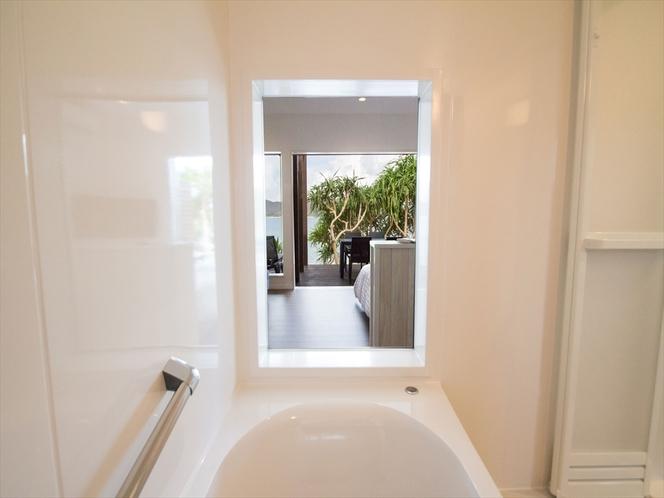 スーペリアルーム【A】の浴室から見えるビーチ