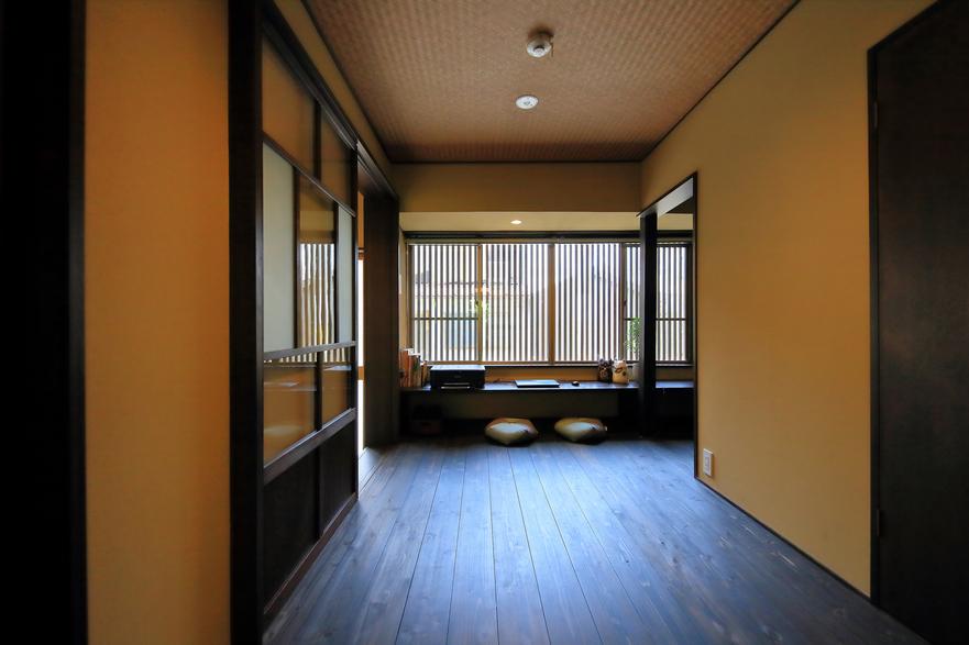 1階見世の間 格子から差し込む光が京都らしい