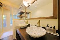レトロタイルの洗面ボウルがかわいい洗面所
