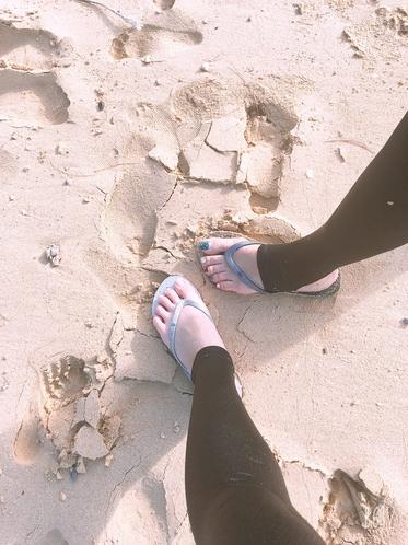 谷茶ビーチにて砂浜足