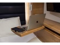 パソコン作業も可能な可動式のテーブル