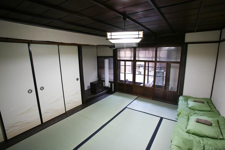 坪庭のあるゆったりとした寛ぎの京間8畳の102号室