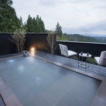 【客室露天/風待】 客室露天に浸かりながらにして雄大な山々を眺められます