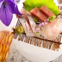【夕食】ご夕食のお時間がステキなものとなります様に、見て愉しめるようなお料理を心がけております/例