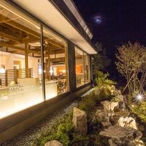 【レストラン・BAR】 夜は23時まで営業しております。月明かりと美酒に酔いしれる時間をどうぞ・・・