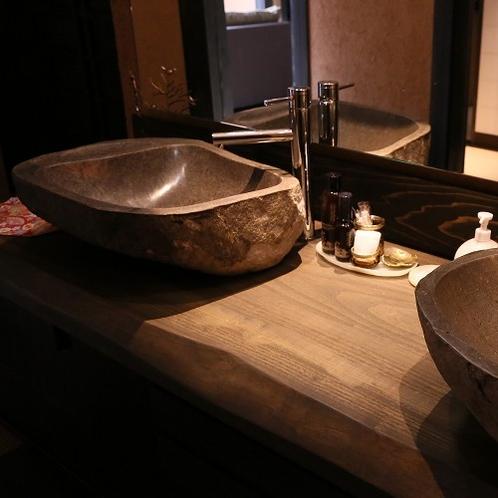 【洗面】 お部屋に備わる洗面台は大きな石をくり抜いて造っております