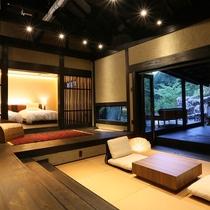 【客室/弓張】 お部屋と露天風呂と木々とが一つに繋がっているかの様な開放的な美しい空間です