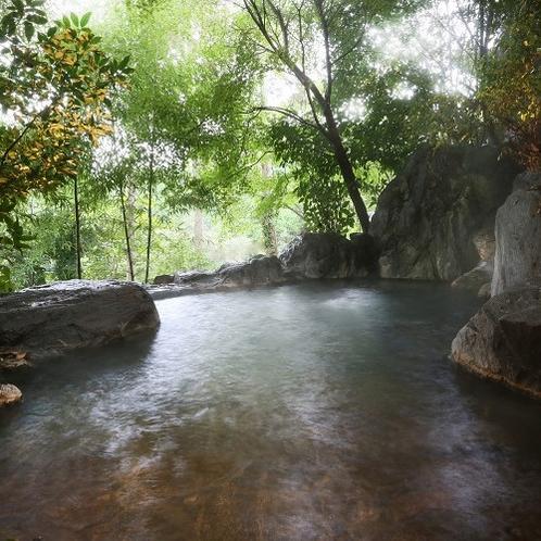 【客室露天/宵待】 開放的な岩露天。木々のささやきと鳥のさえずりをBGMに掛け流しの湯を堪能ください