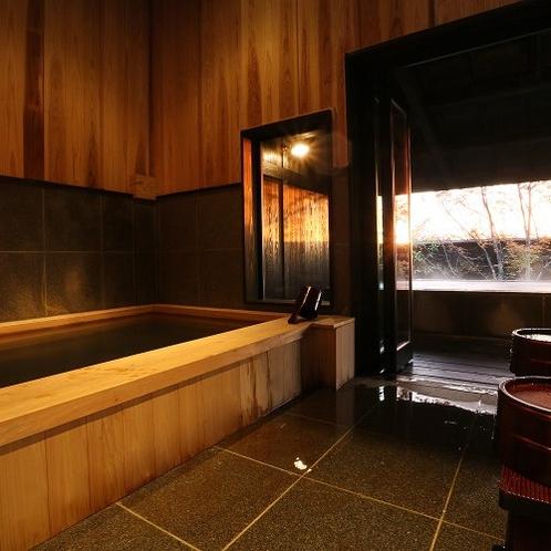 【客室内湯/天心】 内湯から一歩踏み出すと雄大な景色を愉しめる露天風呂。景色もお湯も独占いただけます