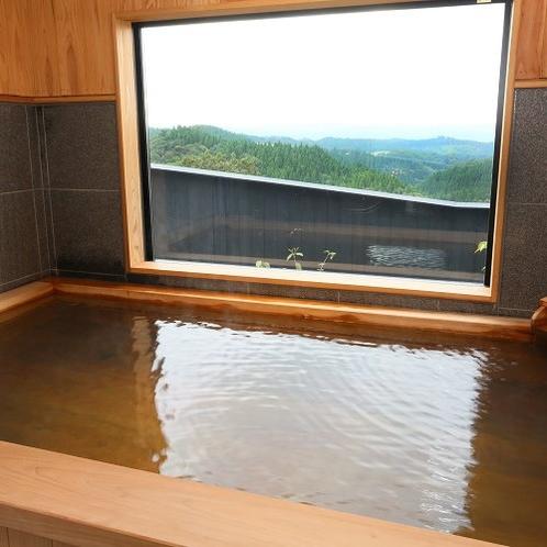【客室内湯/風待】 ヒノキ造りの内湯からも大きな窓越しに阿蘇の山々を眺められます