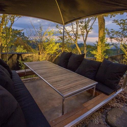 【客室/佳月】 お庭には阿蘇の山々を一望できるソファ席もご用意しました