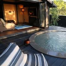 【客室露天/夢見】 かわいらしい円形の露天風呂は、大人二人では十分すぎるほどの贅沢な広さです