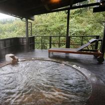 【客室露天/有明】 木々に囲まれた開放的な露天風呂からは四季の移ろいをお愉しみいただけます