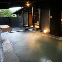 【客室露天/天心】 切石の湯船に掛け流されるのは、黒川の名湯を源泉から引いたまんまの天然温泉です