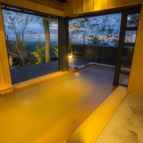 【客室風呂/佳月】 掛け流しの湯に浸かりながら、阿蘇の山々と刻々と変わる空の表情をお愉しみください