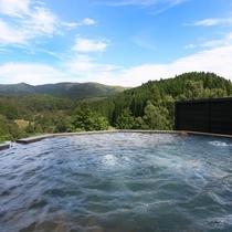 【貸切風呂】 黒川温泉で一番月に近い「天空露天」。夜は満天の星々と月明かりをお愉しみください