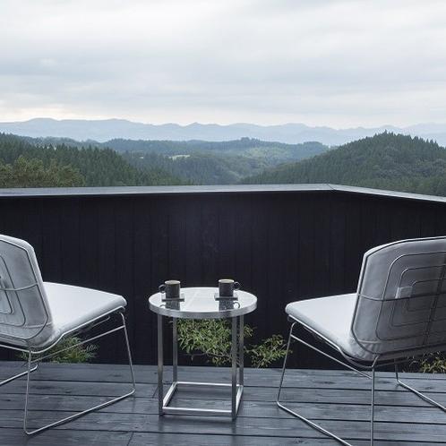 【客室/風待】 テラスでは心地よい風を感じながら雄大な阿蘇の山々をご覧いただけます