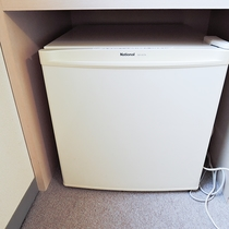 *【部屋/設備】お部屋には冷蔵庫も完備しております。食べ物・飲み物の保管はバッチリです。